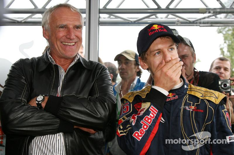 Yarış galibi Sebastian Vettel kutlama yapıyor ve Dietrich Mateschitz, Owner, Red Bull CEO