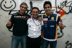 Адриан Кампос, руководитель Barwa International Campos Team празднует победу в чемпионате 2008 года GP2 с пилотами - Виталием Петровым и Лукасом ди Грасси