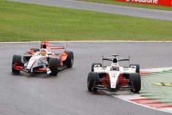 Romain Grosjean devant Roldan Rodriguez