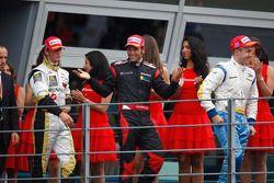 Davide Valsecchi célèbre sa victoire sur le podium avec Roldan Rodriguez et Romain Grosjean
