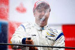 Davide Valsecchi célèbre sa victoire sur le podium