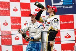 Davide Valsecchi célèbre sa victoire sur le podium avec Romain Grosjean