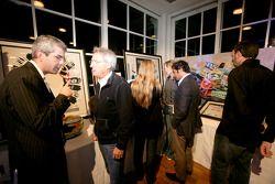 Les invités regardent les objets mis aux enchères
