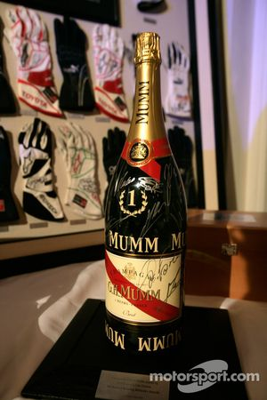 Une bouteille Mumm Champagne dédicacée