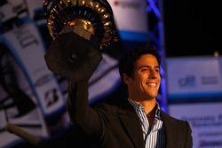 Lucas di Grassi et son trophée pour la troisième place du championnat GP2 2008