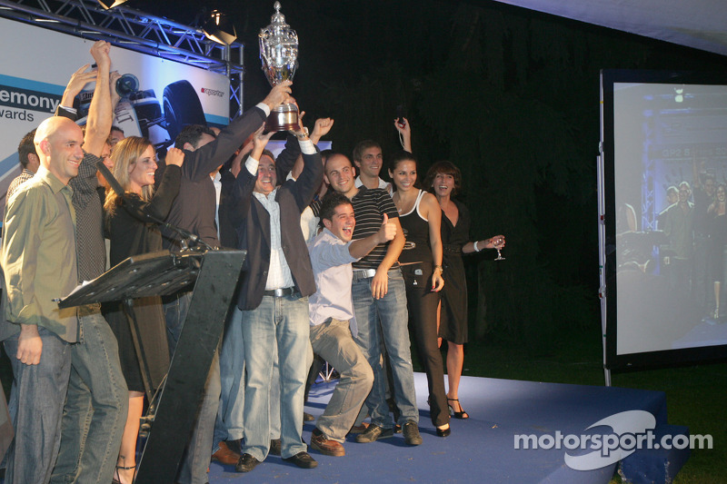 Adrian Campos et son équipe reçoivent le trophée de champions constructeurs GP2 2008
