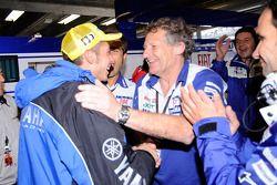 Ganador de la carrera Valentino Rossi celebra con los miembros del equipo Fiat Yamaha