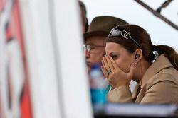 Nicole Biffle émue tandis que son mari Greg est en tête de la course à quelques tours de la fin