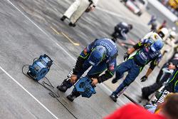 Les membres de Lowe's Chevy sèchent leur stand avant la course