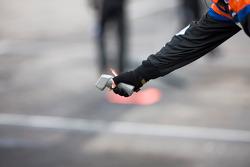 Un mécanicien prend la température de la piste avant la course