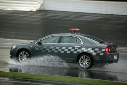 Un coche de seguridad ayuda a secar la pista
