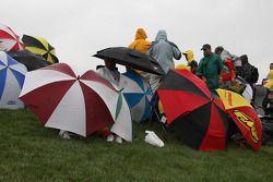 Los paraguas se abren cuando la lluvia comienza a caer