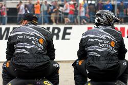 L'équipe Carhartt regarde la course