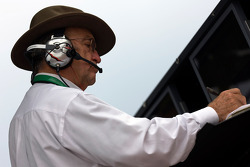Jack Roush regarde la fin de la course