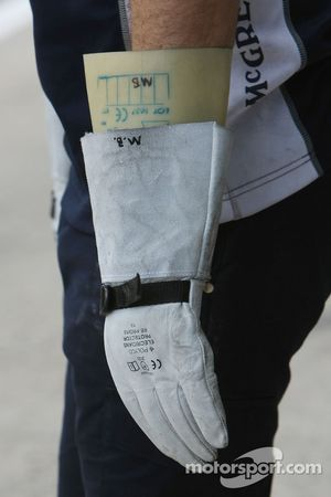 Williams F1 Team, mechanics wearing protective gloves