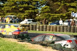 Greg Ritter et Steve Ellery tapent le mur (Garry Rogers Motorsport Commodore VE)