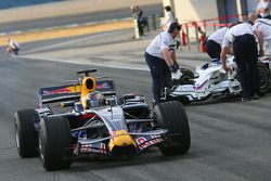 Sebastian Vettel, Red Bull Racing, STR03 dépasse la BMW Sauber sur la pitlane