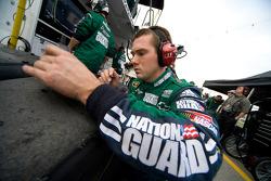 Un membre de l'équipe Army National Guard Chevy analyse les pneus après un arrêt rapide de Dale Earnhardt Jr.