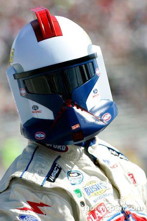 Marcos Ambrose lleva un casco de un soldado Stormtrooper de Star Wars