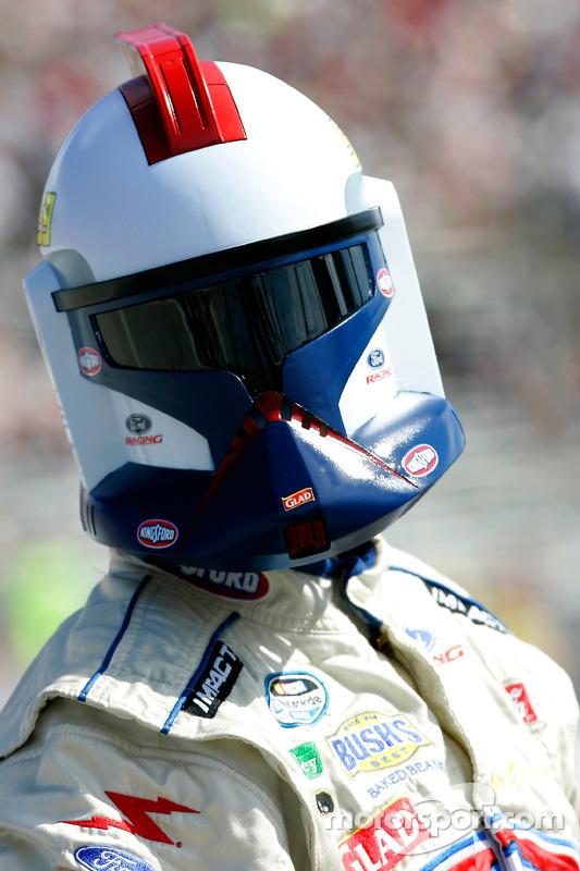 (NASCAR XFINITY) Piloto Marcos Ambrose com capacete de Clone Trooper do Star Wars