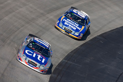 Jamie McMurray devant Carl Edwards