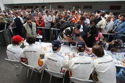 Séance d'autographes pour les fans devant la BMW hospitality