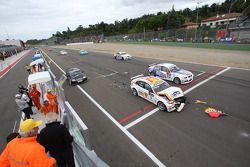 Start crash of Felix Porteiro, BMW Team Italy-Spain, BMW 320si and Gabriele Tarquini, SEAT Sport, SEAT Leon TDI