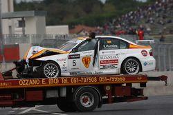 La voiture Felix Porteiro, BMW Team Italy-Spain, BMW 320si après l'accident au départ