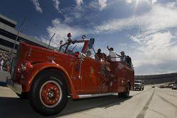 Des camions de pompiers descendent sur la route