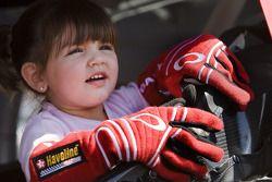 Paulina Montoya jouant à l'intérieur de la voiture Big Red Ganassi