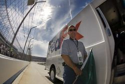 Fedex lance The Camping World RV 400 presenté par AAA en agitant le drapeau vert