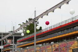Les lumières allumées autour du circuit