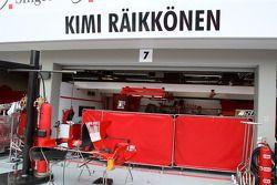 Des écrans en-dehors du garage de Kimi Raikkonen, Scuderia Ferrari