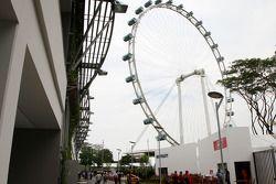 La grande roue de Singapour par-dessus le paddock