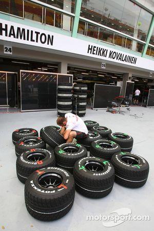 L'équipe McLaren Mercedes prépare ses pneus