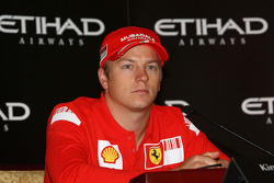 Kimi Raikkonen de Ferrari responde a las preguntas sobre el Abu Dhabi Etihad Airways F1 Grand Prix 2009 durante una conferencia de prensa en el Palacio de los Emiratos