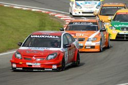 Matt Neal devant Colin Turkington et Darren Turner
