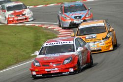 Tom Onslow-Cole devant Gordon Shedden, Adam Jones
