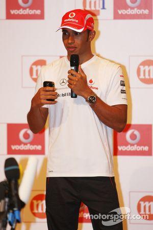 M1 y Vodafone da la bienvenida a Lewis Hamilton, McLaren Mercedes a Singapur