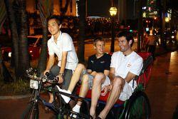 Sebastian Vettel y Mark Webber en su camino hacia el Hotel Raffles