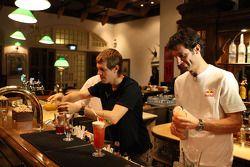 Sebastian Vettel y Mark Webber en el Long Bar del Hotel Raffles mezcla el famoso cóctel Singapur Sli