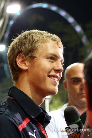 Sebastian Vettel donne une interview devant la grande roue de Singapour