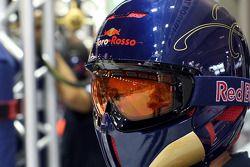 Un membre de la Scuderia Toro Rosso dans le garage
