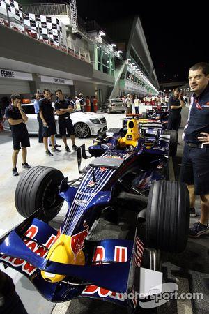 Des membres de l'équipe avec la RB4 de David Coulthard
