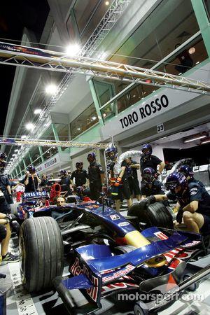 Un entraînement de la Scuderia Toro Rosso aux arrêts aux stands
