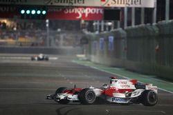 Jarno Trulli, Toyota Racing, TF108, part en tête-à-queue et conduit dans le mauvais sens sur le circ