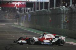 Jarno Trulli, Toyota Racing, TF108, part en tête-à-queue et conduit dans le mauvais sens sur le circuit
