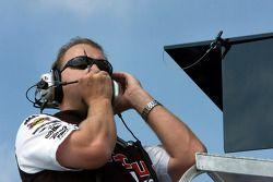 Mike Kelly observe les essais de David Ragan