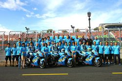 Фотосессия Rizla+ Suzuki: Койсуке Акийоши, Лорис Капиросси и Крис Вермёлен и члены команды Suzuki