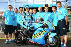 Rizla+ Suzuki photoshoot: Loris Capirossi poses with Suzuki team members